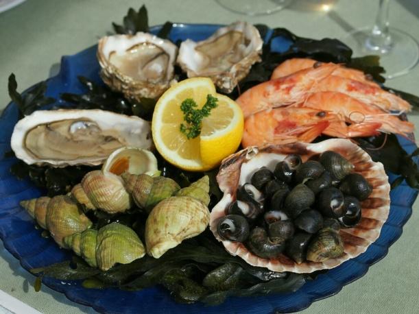Teller mit frischen Meeresfrüchten