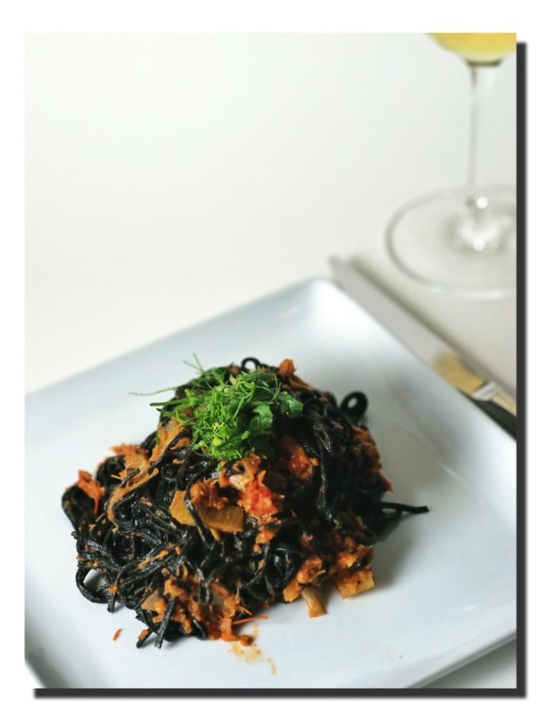 Tagliolini neri mit Fenchel-Tomaten-Sardellen-Sauce