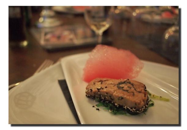 Tätowierter Teriyaki-Thunfisch mit Wakame-Algensalat
